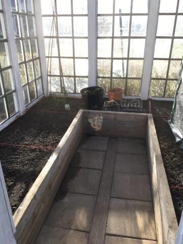 Så fint och välplanerat inne i växthuset.