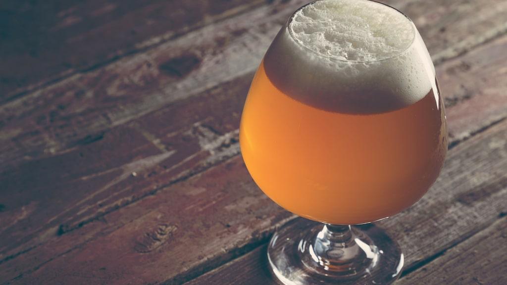 Ett glas med samma form som en cognacskupa passar bra till öl.