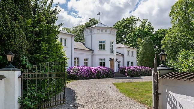 Kulltorps gård i Ängelholm uppfördes 1860. Nu kan det slottsliknande huset bli ditt.