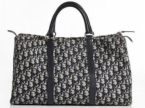 CHRISTIAN DIOR. Handväska med mörkblått monogrammönster och skinndetaljer. Vintage. Utrpospis: 2000 kronor. Slutpris: 2600 kronor.