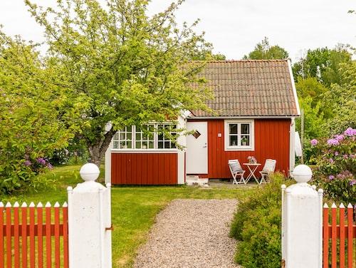 Sommarstugan på Hemnet är som tagen ur en saga. Liten, söt och fullt av frukter och bär i trädgården.