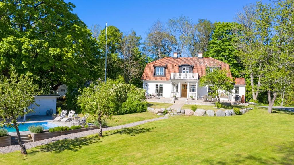 Deckardrottningen Camilla Läckberg säljer nu sitt sommarställe i Roslagen.