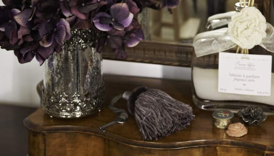 Doftflaskan har Petra köpt på en resa i Frankrike. Blommor är viktigt i familjens liv, de också driver ett företag som säljer trädgårdskläder.