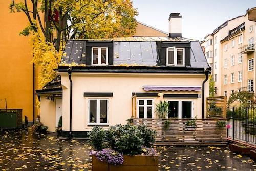 Det lilla gårdshuset på tre rum och kök ligger i Vasastan i Stockholm.