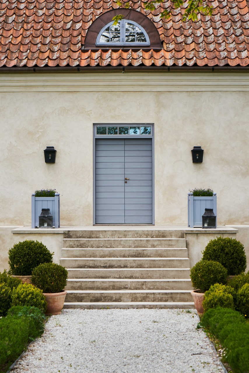 När man kommer fram till mangårdsbyggnaden möts man av en pampig entré med stentrappa och vackra pardörrar.