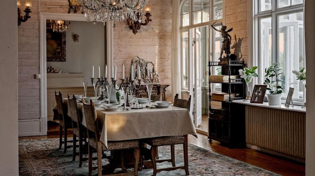 Från matsalen når man glasverandan med utgång till en av husets balkonger. I bakgrunden skymtar ett sovrum.