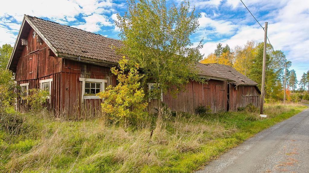 På tomten finns också en så kallad ekonomibyggnad, även den i stort behov av renovering.