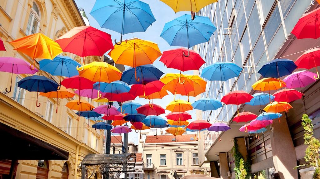 Paraplyer över uteserveringarna skyddar inte bara mot regnet, de sätter även färg på staden.