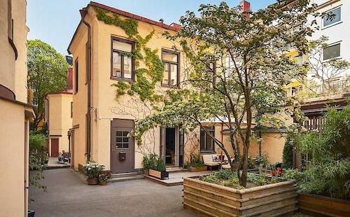 Gårdshuset ligger centralt, på Kungsholmen i Stockholm.