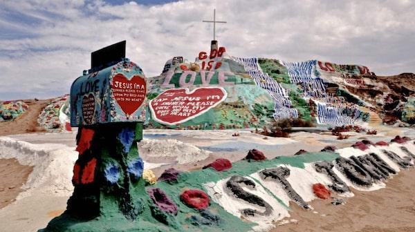 Frälsningsberget är täckt av tusentals liter färg.