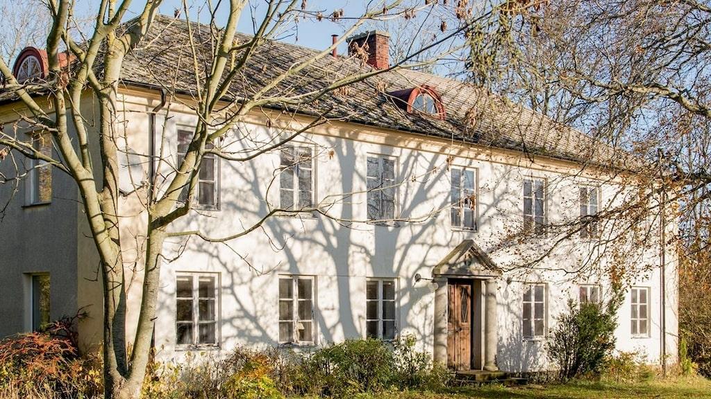 Utgångspriset på den obebodda gamla prästgården var 3,3 miljoner kronor – men priset har stigit och är nu uppe i 5,5 miljoner kronor.