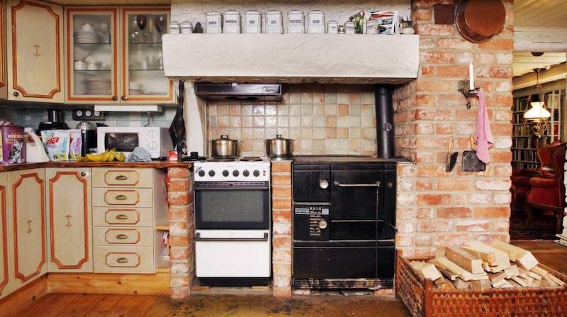 När Elisabet köpte huset 1984 hade det inget kök utan bara ett litet pentry där hallen nu ligger. Men Bosse, som fortfarande arbetar som byggare, fixade biffen!