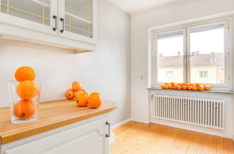 Mäklaren hoppas kunna få upp intresset för lägenheten genom ett gäng apelsiner – i alla rum. Bläddra vidare bland bilderna och se själv.