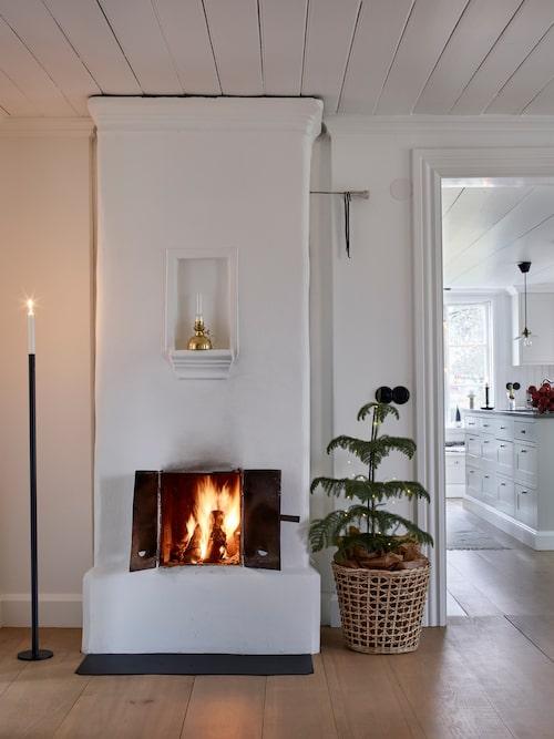 Fyra av husets fem eldstäder går att elda i. Hög ljusstake, Råshult. Korg, Bettys i Borås.