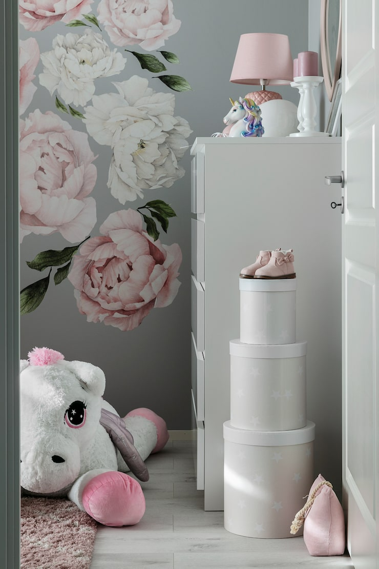 Precis som resten av huset är Olivias rum en dröm i rosa. Väggdekoration från Rocky Mountain Decals. Enhörning från Toysrus. Runda askar från Gekås. Byrå, Ikea. Dörrstoppen är en present.