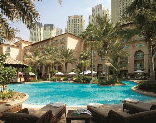 Ett av poolområdena på The Ritz-Carlton, som ligger mitt på Jumeirah Beach.
