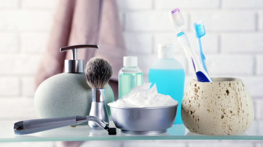 Finn flera fel! Förvara saker på eller intill handfatet är inte särskilt hygieniskt. Varje gång du spolar stänker det ut vattendroppar fyllda med bakterier – och sätter sig på allt i badrummet. Förvara sakerna i stängda skåp i stället!