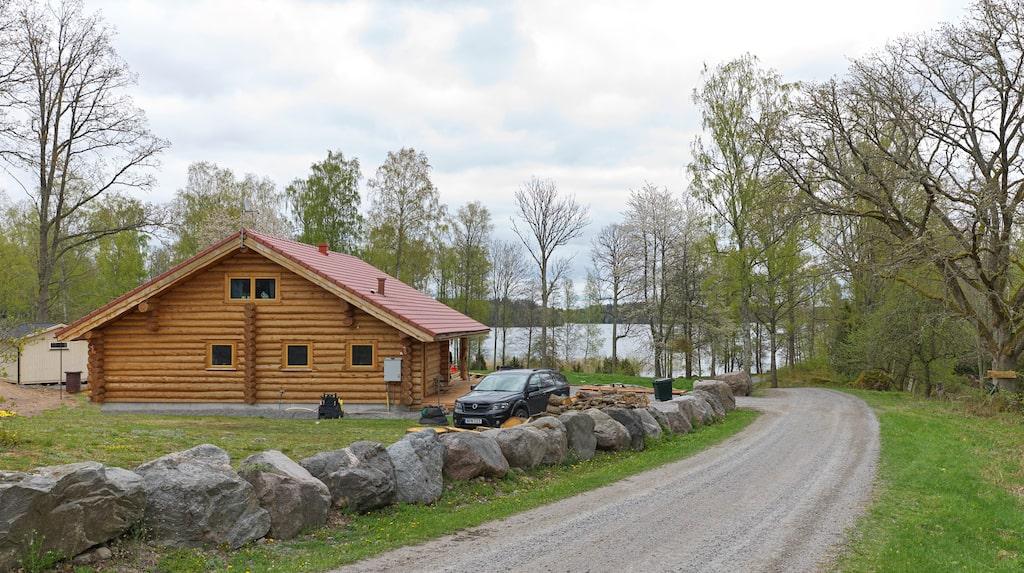 Frida Wallbergs och Emil Jönssons timmerhus ligger vackert beläget i de östgötska skogarna nära sjön Ören. Den här sommaren får de inviga en ny altan som går runt drygt halva huset.