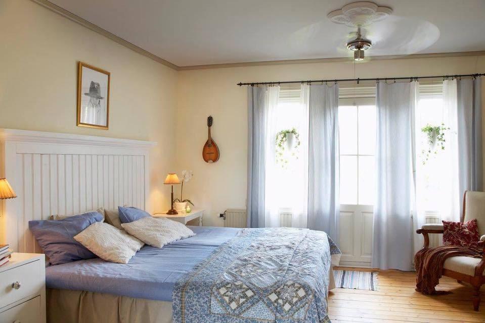 Sovrummet går i ljusblått.
