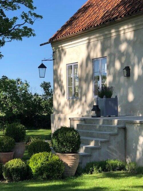 Entrén till huset går via en stentrappa och vackra pardörrar.