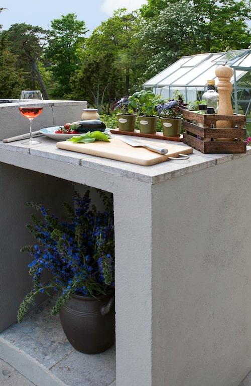 Med ett stort intresse för matlagning ägnas det sommartid många timmar vid grillen som är gjord av betong.