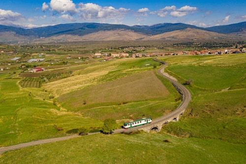 Circumetna, järnvägslinjen som slår en båge runt Europas högsta vulkan Etna.