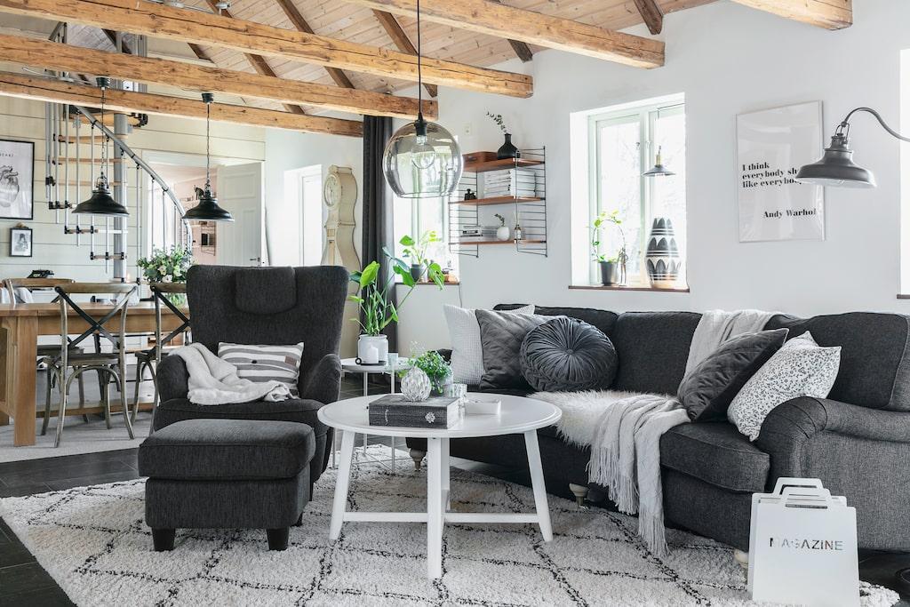 Det stora allrummet har flera olika funktioner: matplats, vardagsrum och kök. Soffan är från Mio, fyndad på Blocket, och soffbordet är från Ikea.