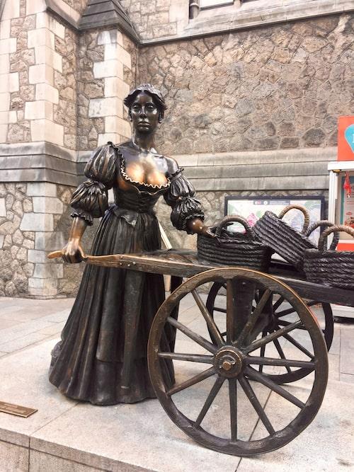 Det finns tolv talande statyer i centrala Dublin, till exempel Molly Malone på Suffolk Street.
