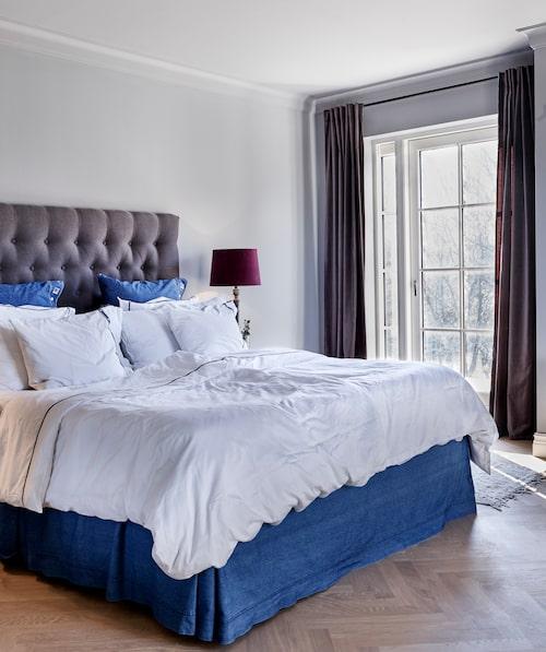 Sovrummet är färgsatt med lugna, dova färger för en ombonad känsla. Sängkläder från Lexington.