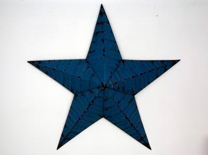 Stjärnkvalitet. Dekorativ stjärna i plåt, 50 centimeter, 1 800 kronor, Garbo.