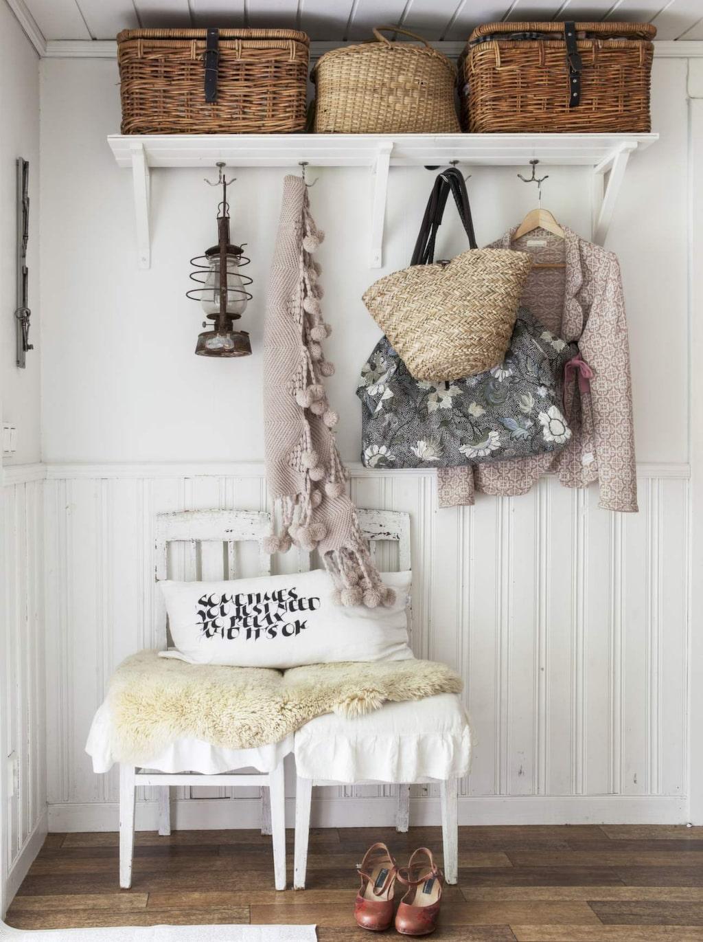 <p>Låt din inredningsstil gälla även i hallen. Här lantligt romantiskt med rustika korgar, väggpanel, gamla stolar och fårskinn. <br></p>