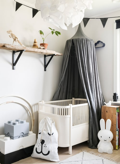 Sängen i barnens rum är vintage som Elina köpt på Blocket.