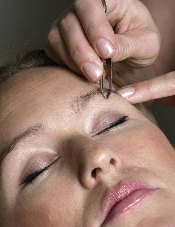 2. Ta bort småhår. Rengör huden runt ögonbrynet noggrant med hjälp av en ögonmakeupremover. Börja med att plocka alla småhår under ögonbrynet. Fixera huden med fingrarna innan du börjar plocka, annars riskerar du att rycka i huden så att du får små sår. Dessutom gör det mindre ont.