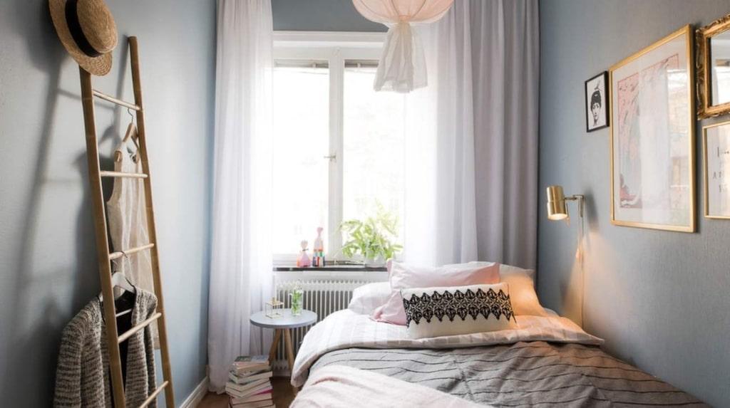 Så här såg sovrummet ut efter stylingen. Totalt kostade stylingen 48 000 kronor.