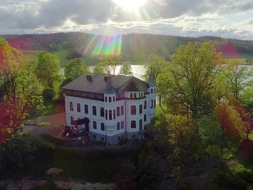 Hägerstads slott byggdes 1868 och är ritat av Helgo Zetterwall, en av 1800-talets mest framstående arkitekter. Från början var slottet en direktörsbostad. Därefter har slottet bland annat fungerat som ålderdomshem och vårdanstalt.