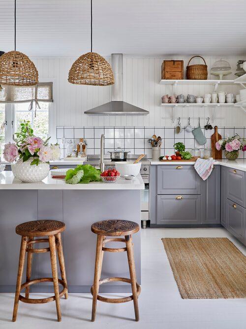 Väggarna i köket är klädda med kakel längst ner och pärlspont över. Det ger en charmig gammaldags känsla och samtidigt ett lättstädat kök.