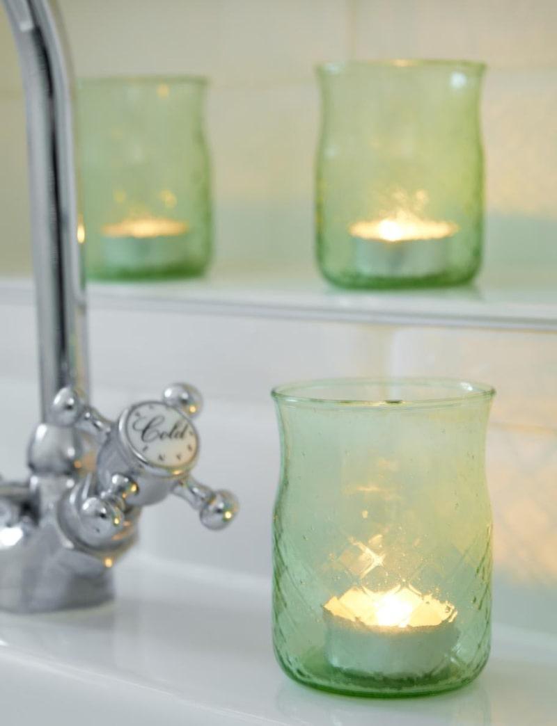 Satsa på någon form av levande ljus i badrummet. Dessa gröna ljuslyktor i glas från House doctor, 65 kronor styck, Pub.