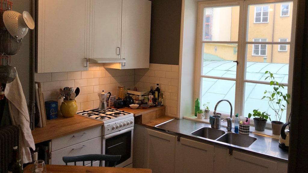 Köket i den lilla 1,5:an har allt man behöver och även ett stort fönster som släpper in ljus.