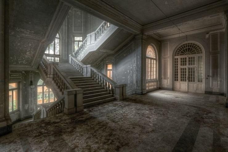 I en övergiven psykiatrisk klinik i Italien finns den här enorma och magiska trappan.