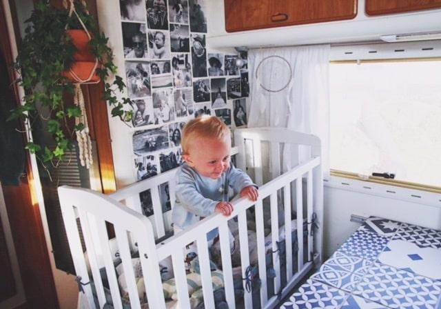 På dagarna går det att lägga undan Olivers säng i mammas och pappas sovkoj.