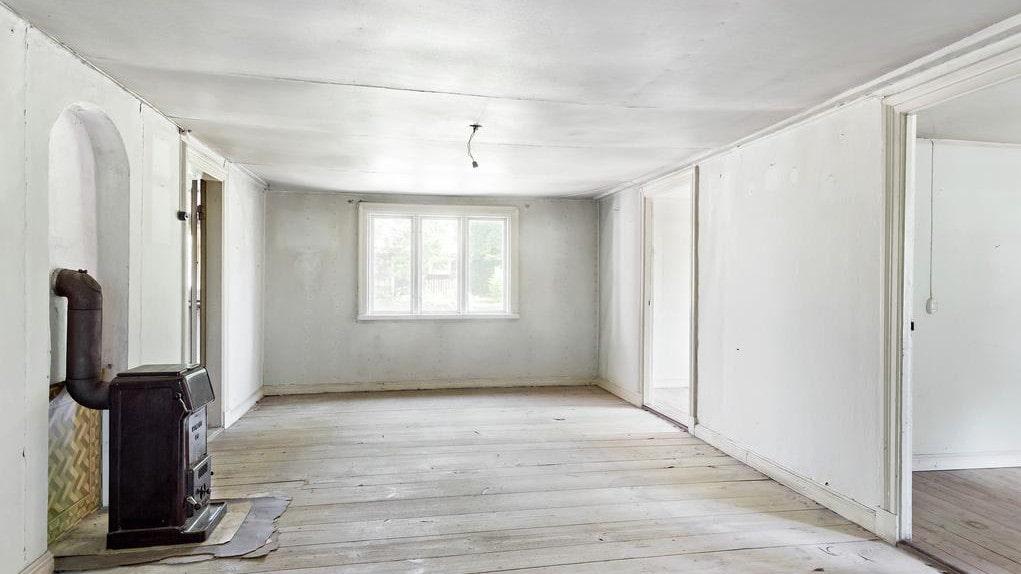 Huset är ett renoveringsobjekt med en vacker grund, tidstypiska detaljer och stor potential.