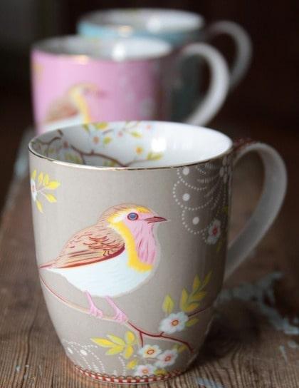 Kviddekvitt. Lattemugg  i porslin från holländska Pip Studio. Fågelmönstret slingrar sig ända i på insidan av muggen, 105 kronor, broarne.se.