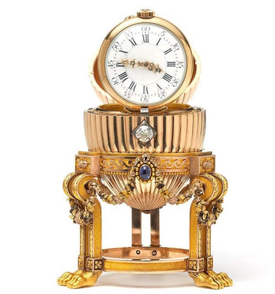 Ägget innehåller en klocka och gavs som påskpresent till tsarinnan 1887.<br><p><br></p>