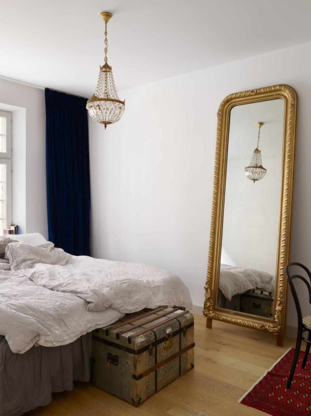 Pampigt. I sovrummet står ett av parets senaste inköp från Bukowskis market, en spegel från 1800-talet som tidigare har stått på ett slott.
