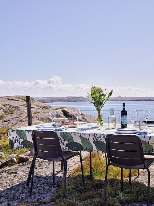 """Utsikten över Getteröns klippor är enastående. """"Vi älskar att sitta och äta ute och låta blicken vila över havet, det är så rofyllt"""". Utemöbler, Cane-line. Vaxduk, Åhléns."""