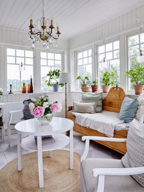 På husets baksida finns en härlig altan under tak, där det går att sitta även om det regnar lite. Sofia har hängt upp vita gardiner i taket och på sidorna för att skapa en mer ombonad känsla.