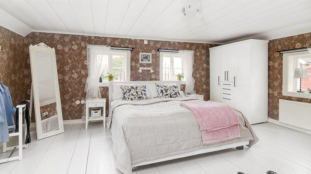 Stora sovrummet på övervåningen med fina gamla träplankor som golv.