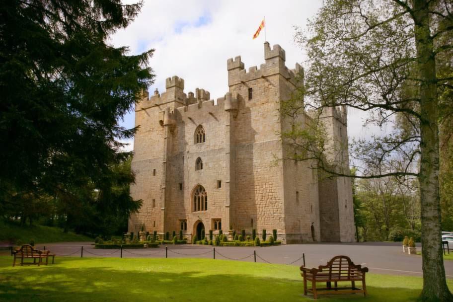 LANGLEY CASTLE. Byggdes på 1300-talet.
