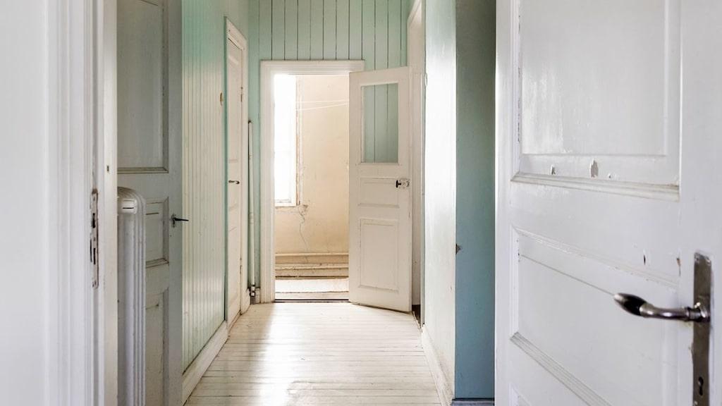 Huset är i behov av mycket renovering, både interiört och exteriört.
