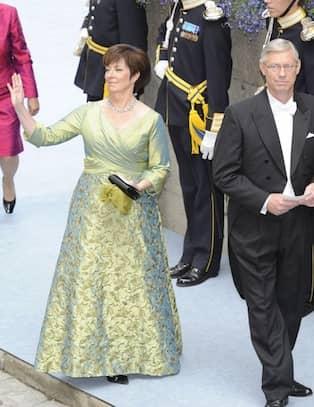 ba6fc701939f CAMILLAS KOMMENTAR: Stilig sydd klänning i helsidentaft och intrikat  draperat omlottliv. Kjolen är helbroderad. Fint tycker jag! Värdigt.